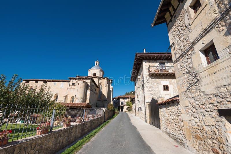 Pueblo y monasterio antiguo, origen de Valpuesta del l español imagen de archivo libre de regalías