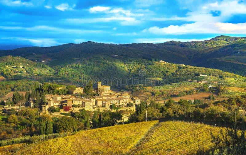 Pueblo y viñedos, Huelga de Montefioralle en Chianti Firenze Toscana, Italia fotos de archivo