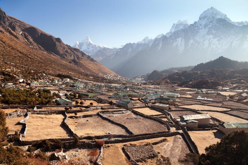 Pueblos de Khunde y de Khumjung con los pequeños campos y paredes foto de archivo