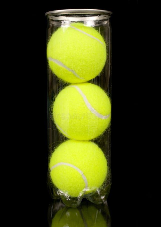 Pueda de tres nuevas pelotas de tenis imagen de archivo