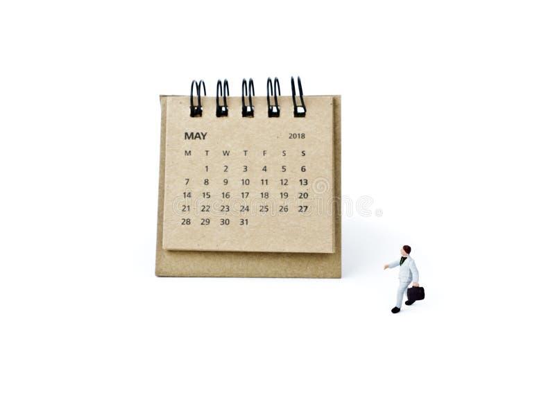 pueda Haga calendarios la hoja y al hombre de negocios plástico miniatura en b blanco fotografía de archivo libre de regalías