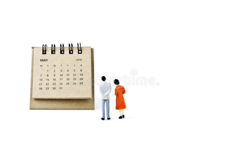 pueda Haga calendarios la hoja y hombre y mujer plásticos miniatura en blanco imagenes de archivo