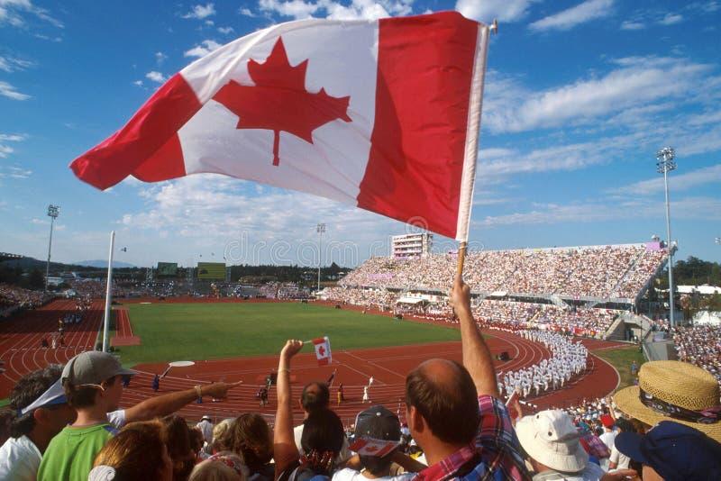 PUEDE señalar a la muchedumbre por medio de una bandera 01 fotos de archivo