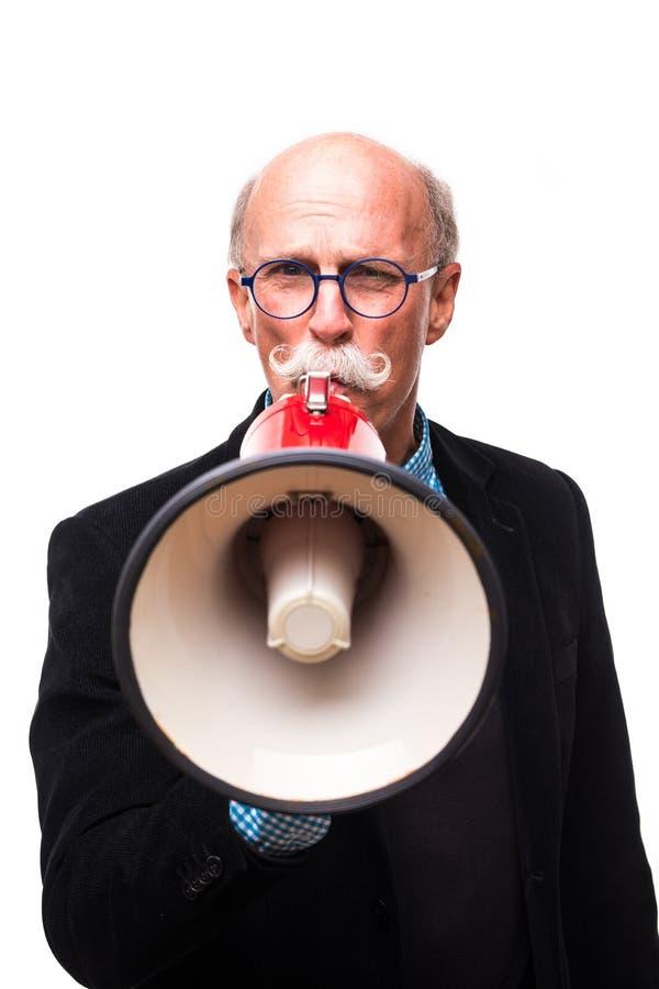 Puede usted oírme hombre maduro furioso en formalwear que grita en el megáfono mientras que se coloca aislado en el fondo blanco imagen de archivo
