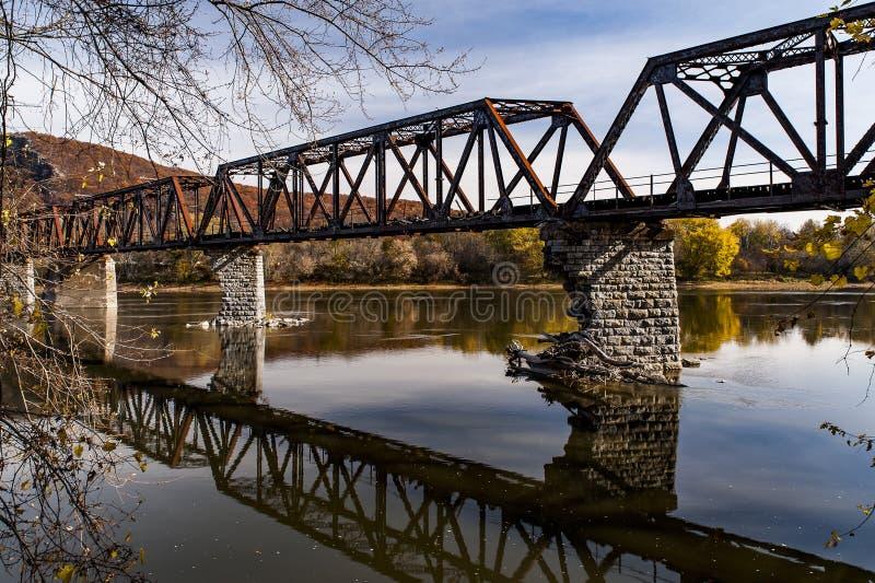 Puente abandonado y que se derrumba del ferrocarril de Coxton - el río Susquehanna - el condado de Luzerne, Pennsylvania fotos de archivo