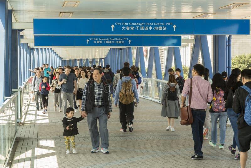 Puente al embarcadero del transbordador en Hong Kong imagenes de archivo