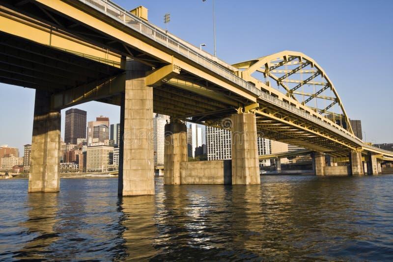 Puente amarillo en Pittsburgh céntrica fotos de archivo