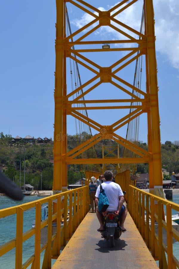 Puente amarillo nusa lembongan imagenes de archivo