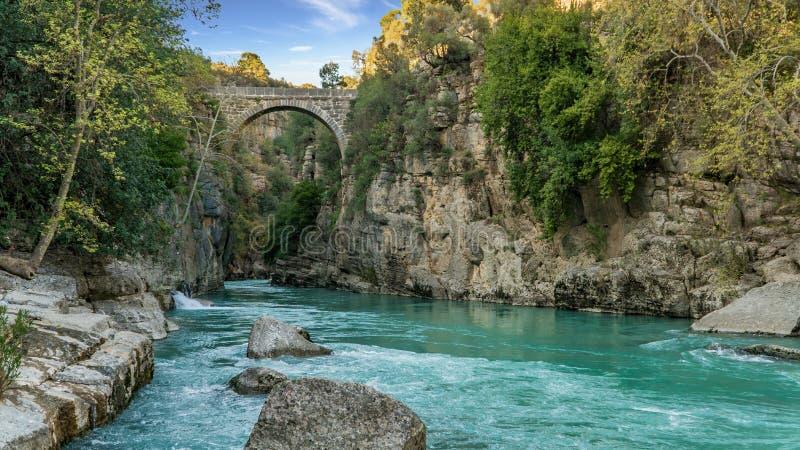 Puente antiguo de Oluk a trav?s de la cala de Kopru Irmagi en el parque nacional de Koprulu Kanyon en Turqu?a imagen de archivo