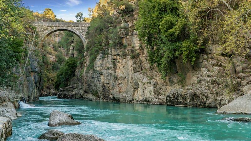 Puente antiguo de Oluk a trav?s de la cala de Kopru Irmagi en el parque nacional de Koprulu Kanyon en Turqu?a fotos de archivo