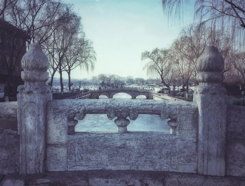 Puente antiguo del mármol blanco delante del templo del houhai del fuego foto de archivo libre de regalías