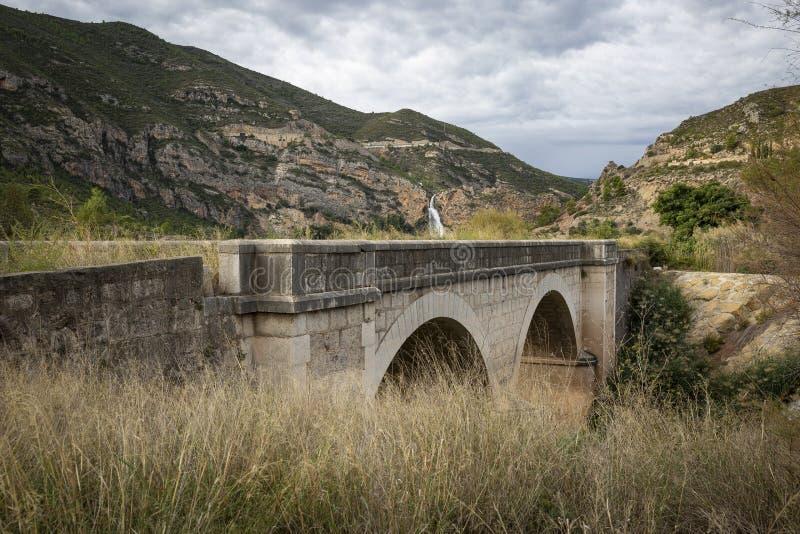 Puente antiguo en el depósito de Domeno foto de archivo