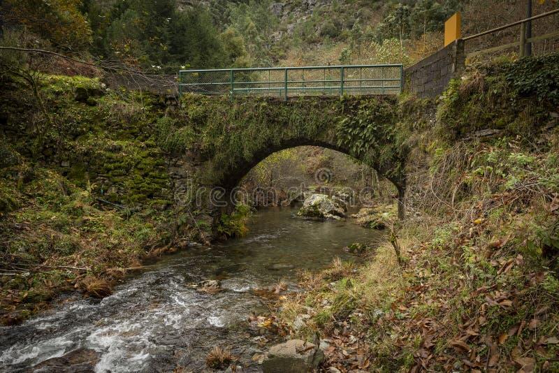Puente antiguo sobre el r?o de Ribeira DA Pena, pueblo de Pena imagen de archivo