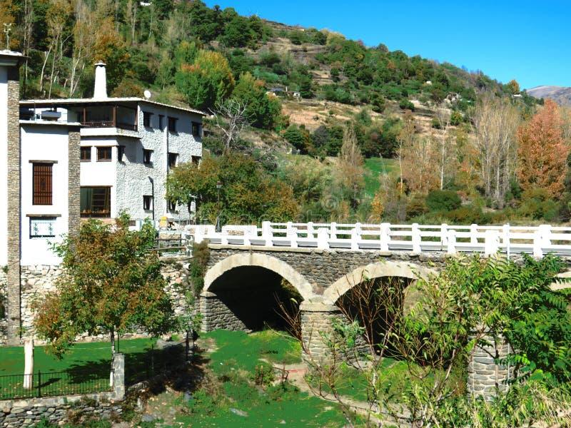 Puente arqueado del camino fotos de archivo