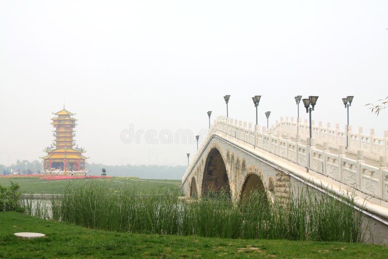 Puente arquitectónico tradicional chino de la piedra del paisaje fotos de archivo