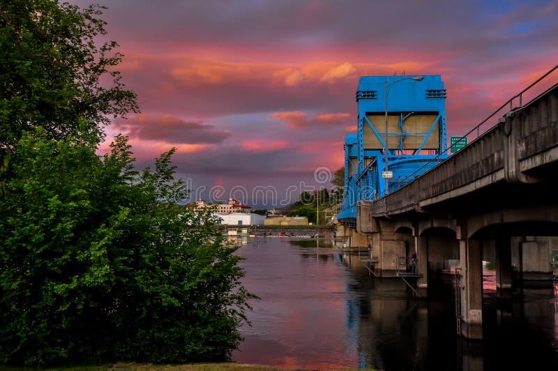 Puente azul de Lewiston - de Clarkston contra el cielo crepuscular vibrante en la frontera de los estados de Idaho y de Washingto foto de archivo