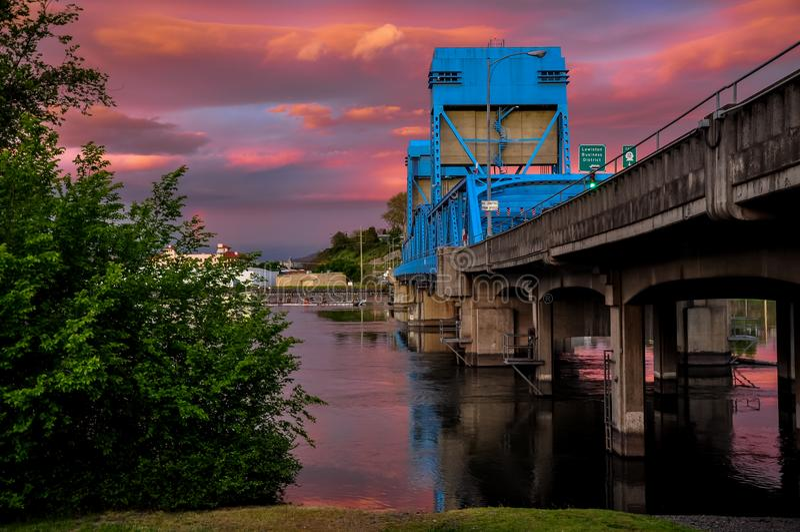 Puente azul de Lewiston - de Clarkston contra el cielo crepuscular vibrante Frontera de estados de Idaho y de Washington fotos de archivo libres de regalías