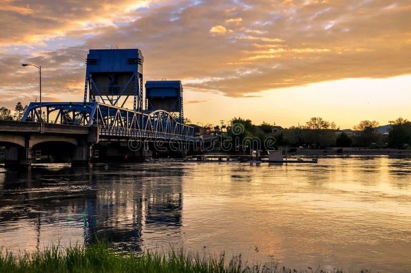 Puente azul de Lewiston - de Clarkston contra el cielo vibrante de la tarde en la frontera de los estados de Idaho y de Washingto fotos de archivo libres de regalías
