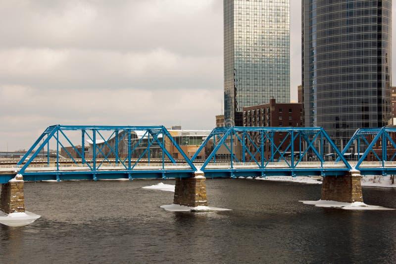 Puente azul en Grand Rapids fotografía de archivo libre de regalías