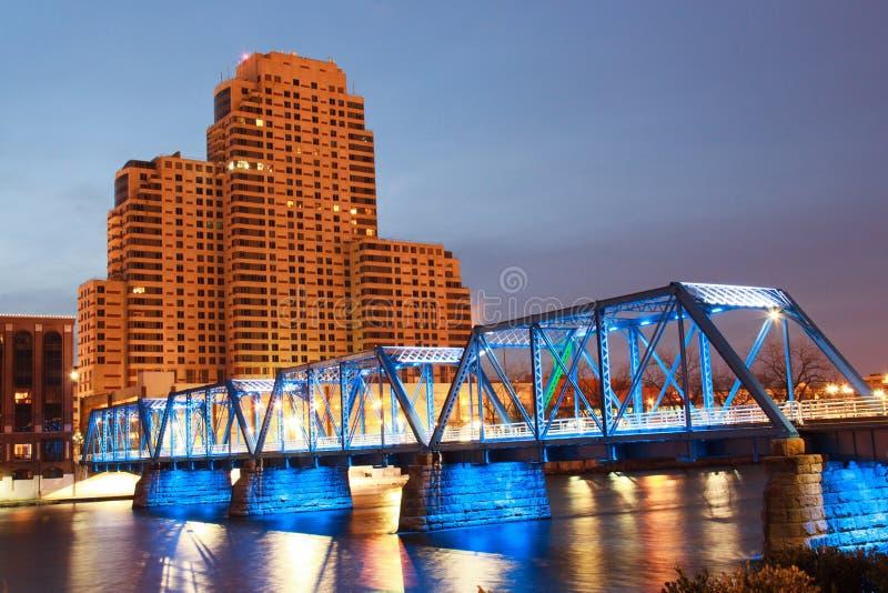 Puente azul en Grand Rapids fotos de archivo libres de regalías