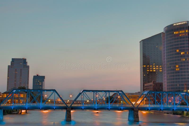 Puente azul en Grand Rapids imágenes de archivo libres de regalías