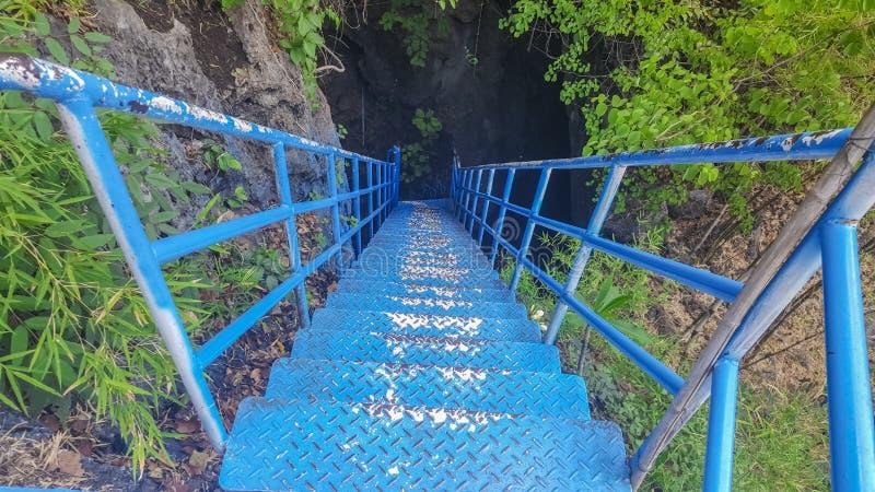Puente azul para las aventuras en una cueva oscura Para los turistas tenga gusto del entusiasmo imagen de archivo libre de regalías