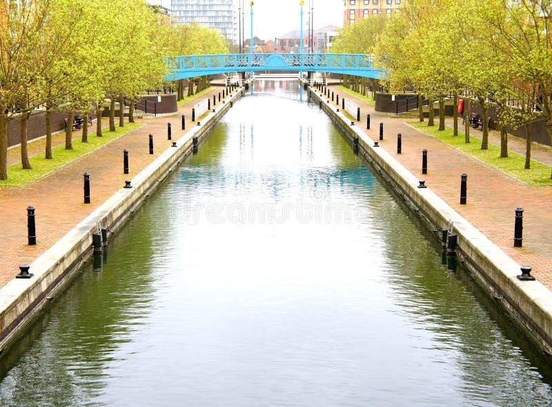 Puente azul sobre el agua hermosa foto de archivo