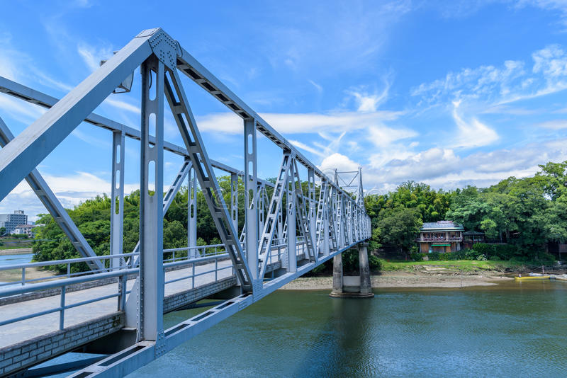 Puente azul a través de Asahi River del castillo de Okayama a Korakuen G foto de archivo libre de regalías