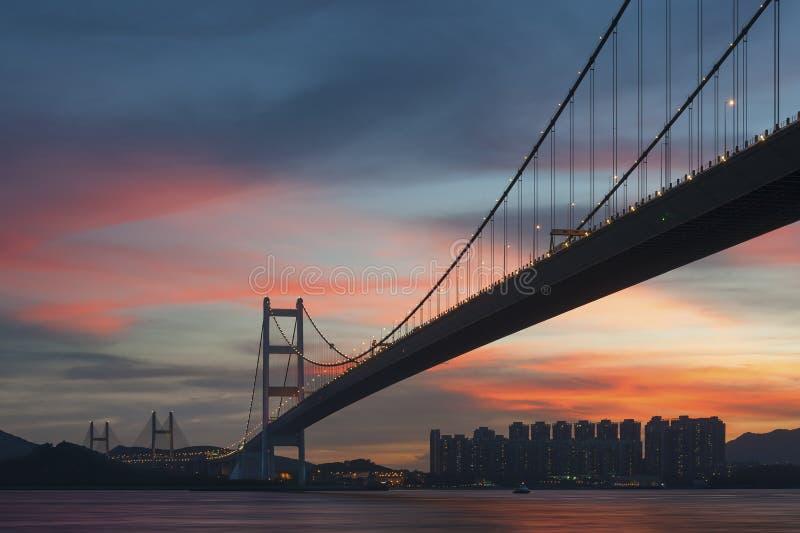 Puente bajo puesta del sol fotografía de archivo libre de regalías
