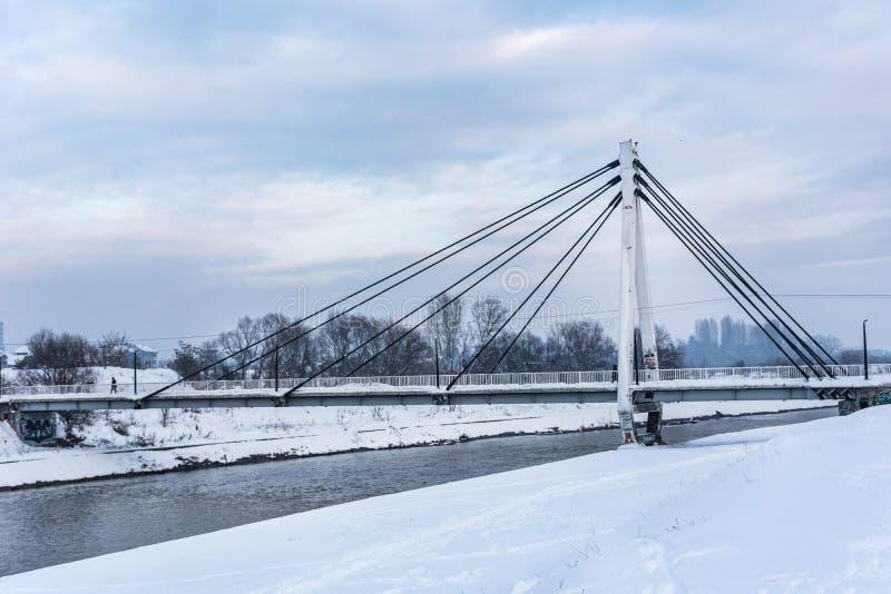 Puente blanco de la ciudad grande en día nublado del invierno con nieve fotos de archivo libres de regalías