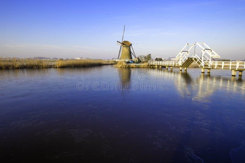 Puente brumoso y tranquilo del molino de viento imagenes de archivo
