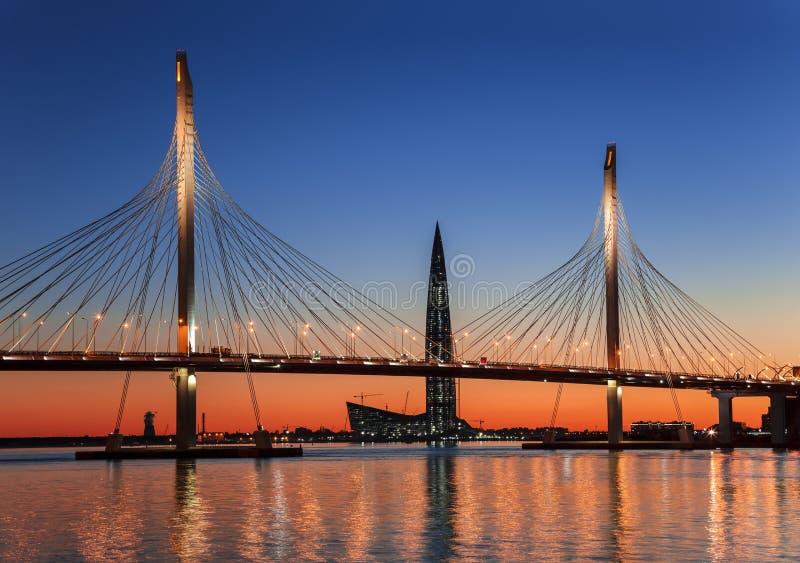 puente Cable-permanecido Betancourt y la torre del centro de Lakhta, en la puesta del sol, St Petersburg foto de archivo libre de regalías