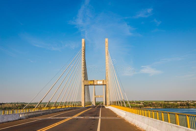 puente Cable-permanecido sobre el río Paraná, el Brasil Frontera del sao Pau fotografía de archivo libre de regalías