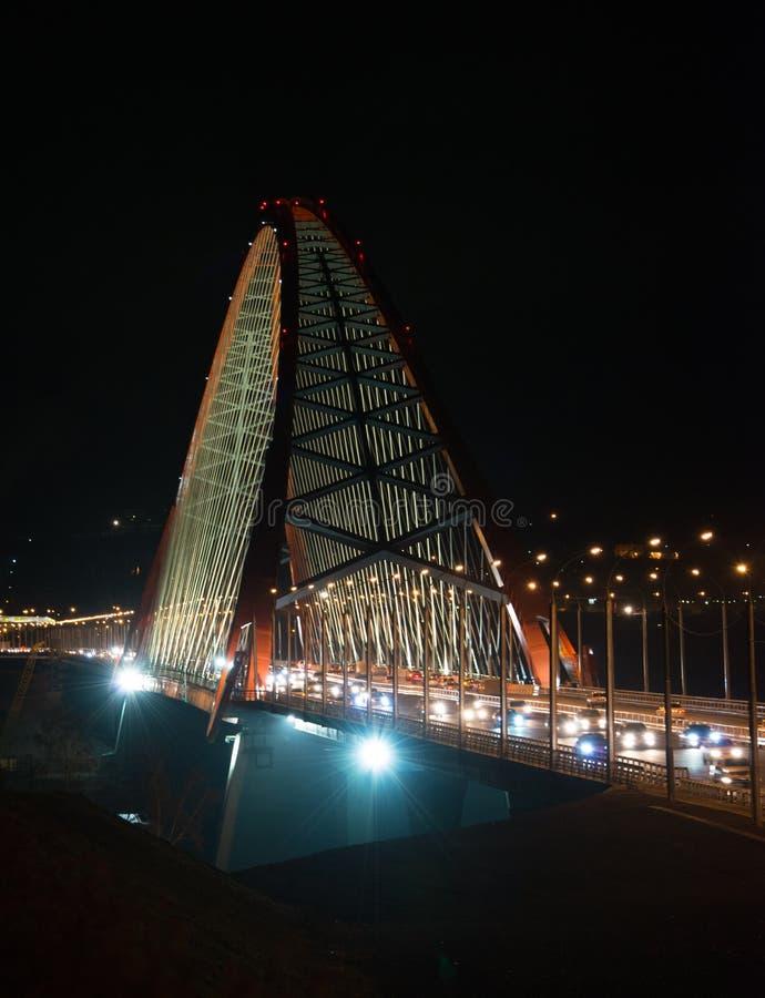 puente Cable-permanecido a través del arco (puente de Bugrinsky) sobre el río Ob en la noche, en Novosibirsk, Siberia, Rusia fotos de archivo libres de regalías