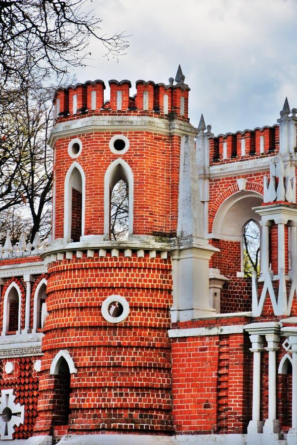 Puente calculado Arquitectura del parque de Tsaritsyno en Mosc? Foto de color foto de archivo