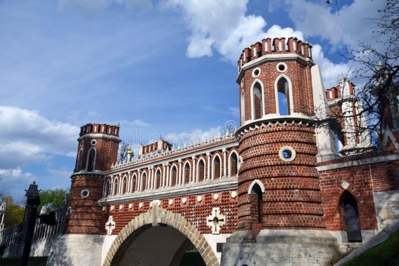 Puente calculado Arquitectura del parque de Tsaritsyno en Mosc? Foto de color fotos de archivo