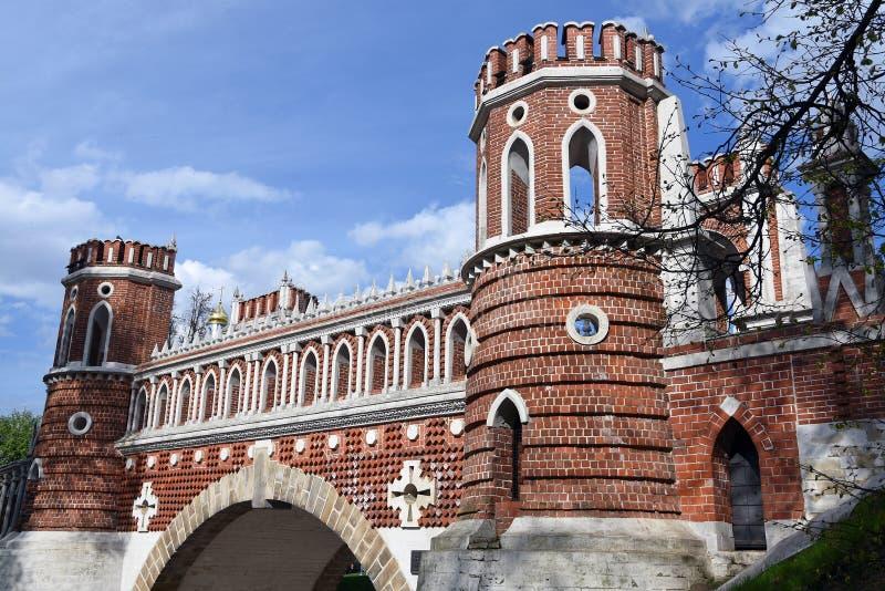 Puente calculado Arquitectura del parque de Tsaritsyno en Mosc? Foto de color fotografía de archivo