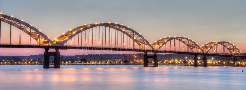Puente centenario que conecta Moline, Illinois a Davenport, Iowa fotografía de archivo