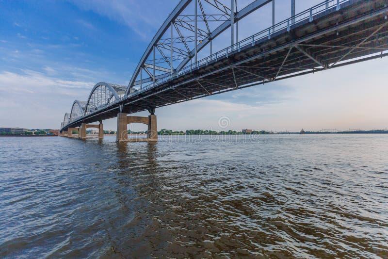 Puente centenario sobre el río Misisipi en Davenport, Iowa, los E.E.U.U. fotos de archivo