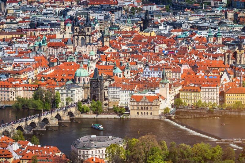 Puente Charles (a). k. un. Karluv most, Stone Bridge, Kamenny most, Prague Bridge, Prazhski most) sobre el río Vltava en Praga, R fotografía de archivo libre de regalías