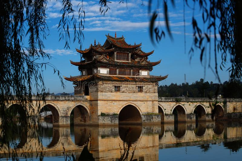 Puente chino viejo El puente antiguo del palmo del puente diecisiete de Shuanglong cerca de Jianshui, Yunnan, Chin fotografía de archivo libre de regalías