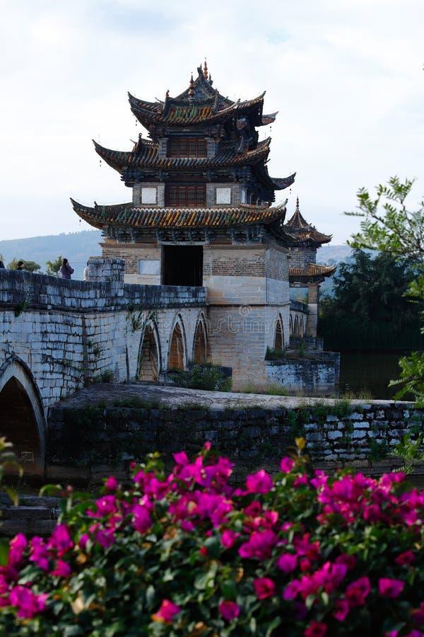 Puente chino viejo El puente antiguo del palmo del puente diecisiete de Shuanglong cerca de Jianshui, Yunnan, China imagen de archivo libre de regalías