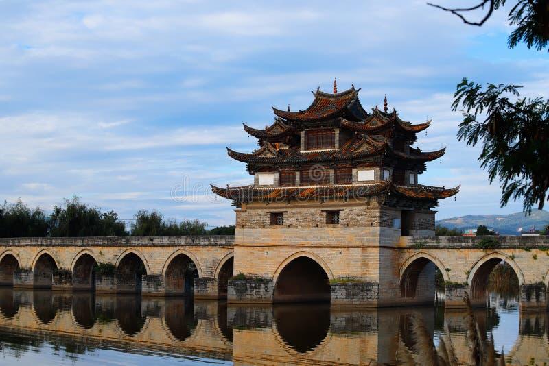 Puente chino viejo El puente antiguo del palmo del puente diecisiete de Shuanglong cerca de Jianshui, Yunnan, China fotos de archivo