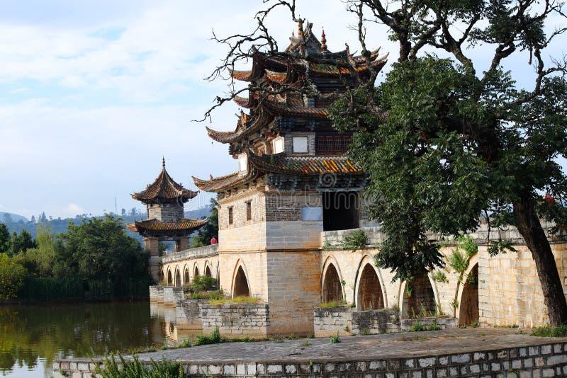 Puente chino viejo El puente antiguo del palmo del puente diecisiete de Shuanglong cerca de Jianshui, Yunnan, China fotografía de archivo