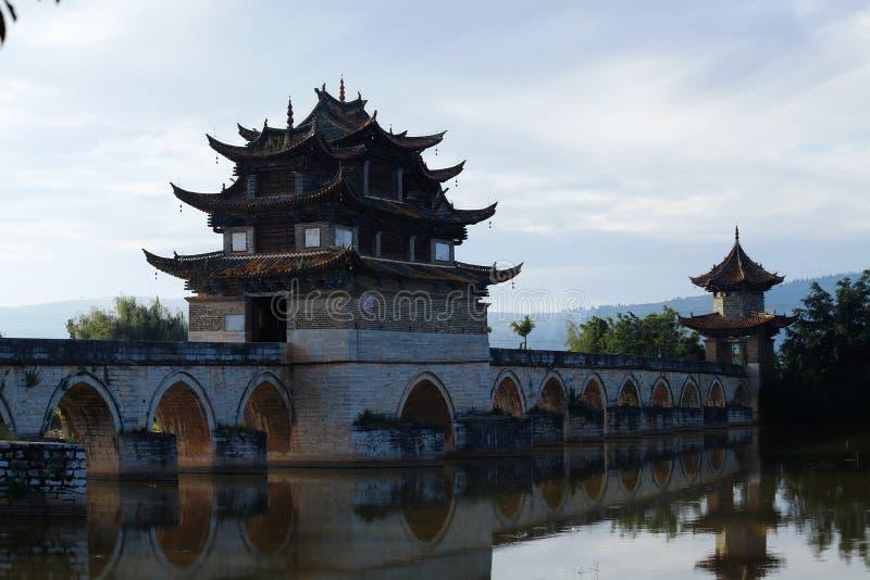 Puente chino viejo El puente antiguo del palmo del puente diecisiete de Shuanglong cerca de Jianshui, Yunnan, ji imagen de archivo