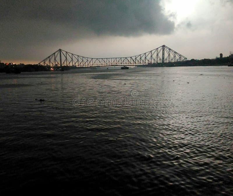 Puente, clude del kolkata que llueve el offlight imagen de archivo