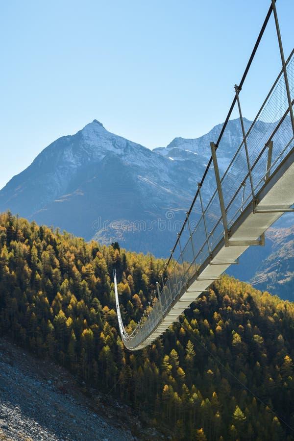 Puente colgante de Charles Kuonen imagen de archivo