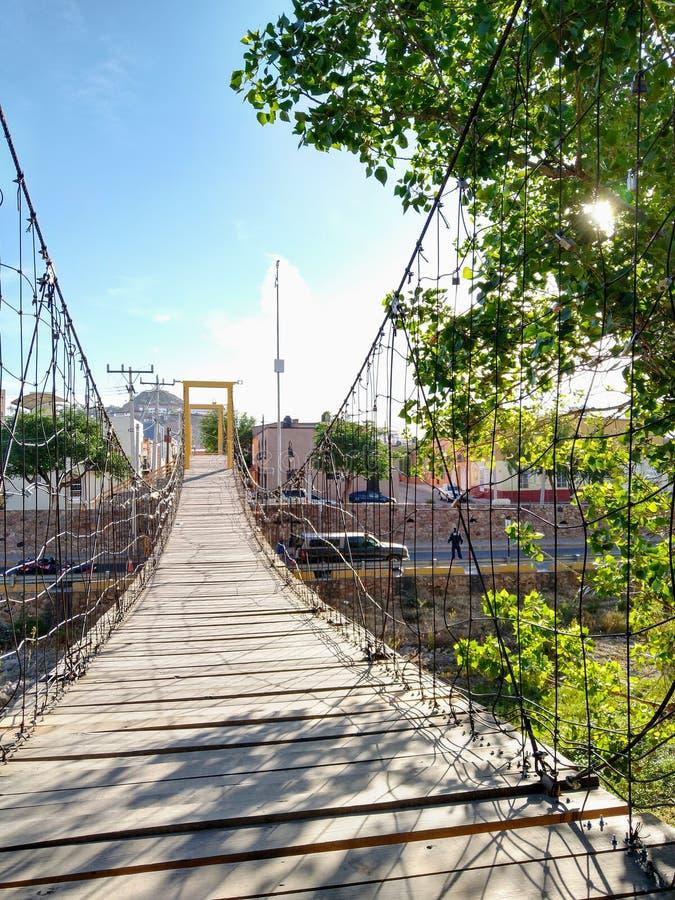 Puente colgante el días soleados fotografía de archivo libre de regalías