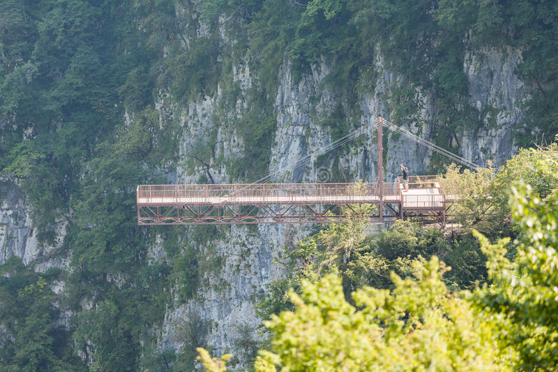 Puente colgante en el barranco de Okatse, Georgia fotografía de archivo libre de regalías