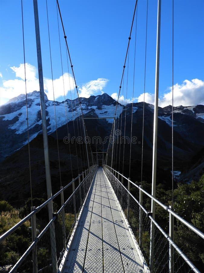 Puente colgante en la pista del valle de la puta, cocinero National Park del soporte imágenes de archivo libres de regalías